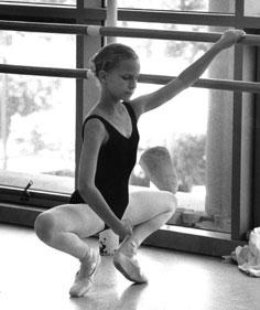 http://classicalballetteacher.files.wordpress.com/2010/10/a-san-francisco-ballet-school-student-demonstrates-grand-plie-in-first.jpg